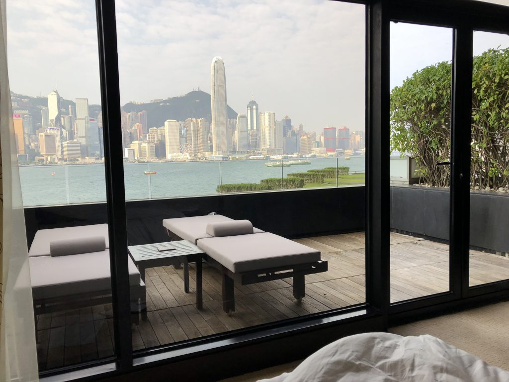 インターコンチネンタル香港の室内から朝のビクトリアハーバーを眺める