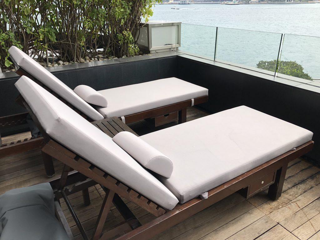 インターコンチネンタル香港のバルコニーのベッド