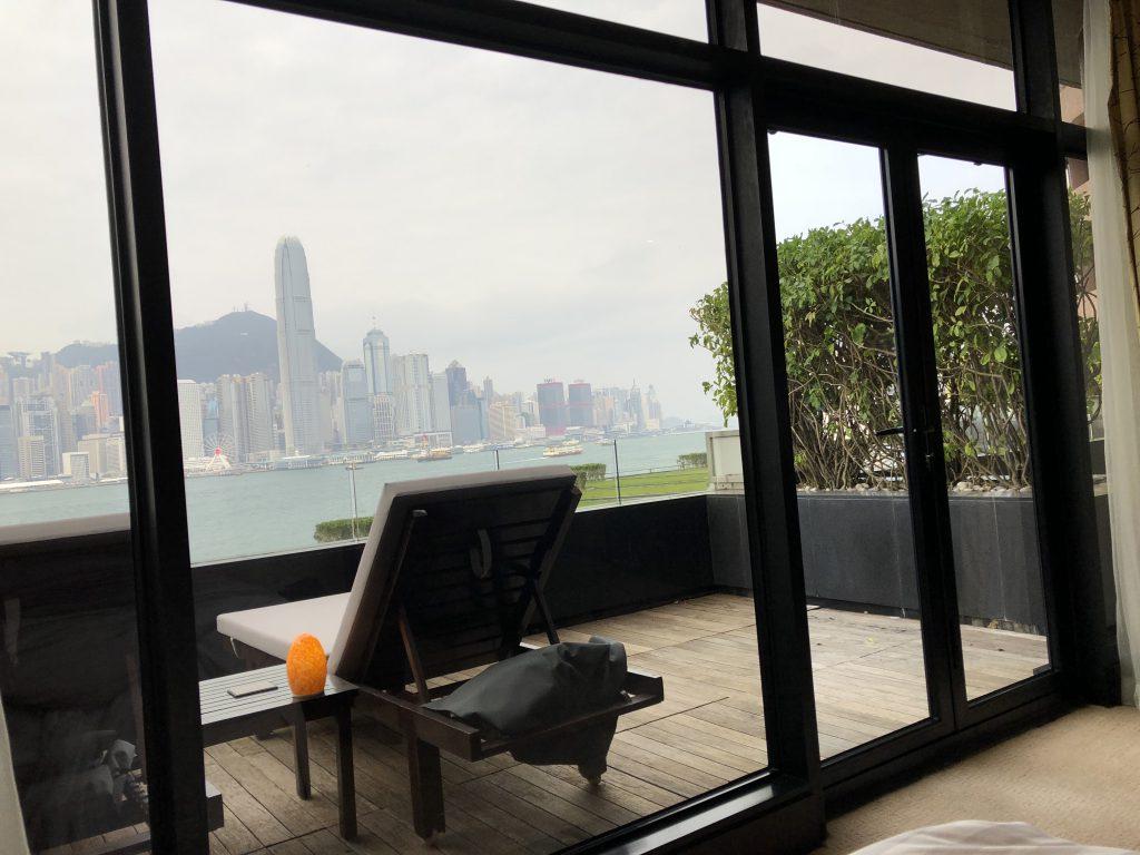インターコンチネンタル香港の室内からバルコニーを眺める