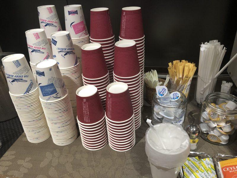 カードメンバーズラウンジ 「六甲」の紙コップや砂糖やミルク