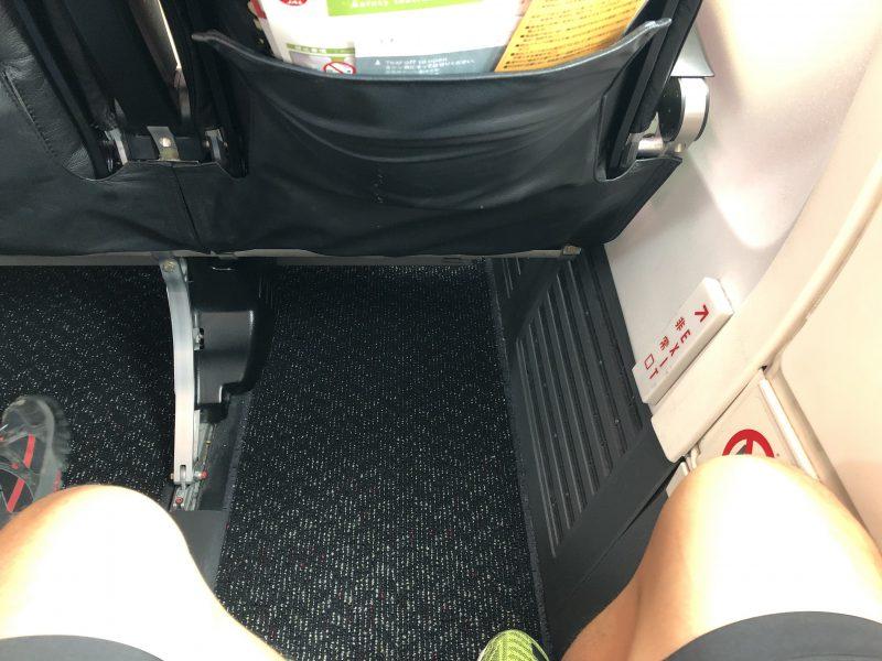 伊丹から奄美大島のJALの機内の足元広めのシート
