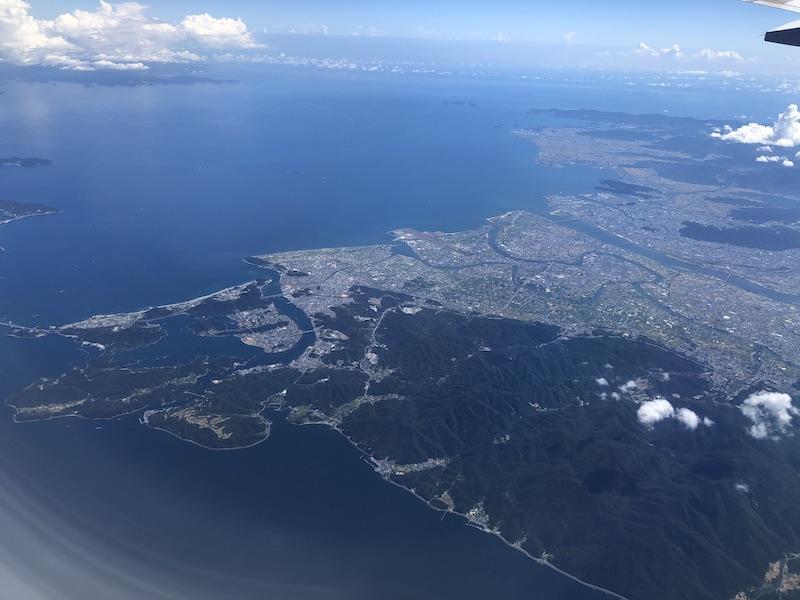 飛行機から四国を見渡す